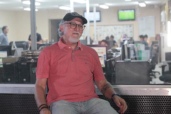 Para o jornalista e escritor Carlos Peixoto, a literatura e a vida não se distanciam. E entre os trechos dessa estrada, o jornalismo faz as pontes.