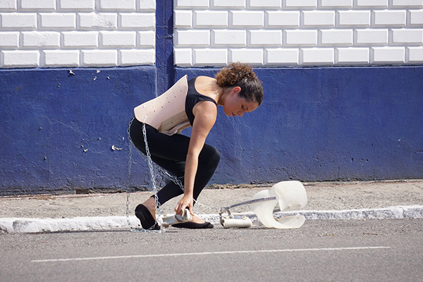 As muitas barreiras impostas pela formatação das cidades e pelos preconceitos alheios motivaram a atriz Carolina Teixeira a pensar a deficiência como uma experiência que pode ser vivida, pensada e compreendida por todos em tempos de crise
