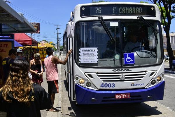Aviso na frente dos ônibus alerta as pessoas que só circularão com passageiros sentados