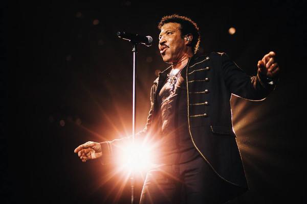 Lionel Richie quer estar à frente da canção que deve contar com artistas por todo o mundo