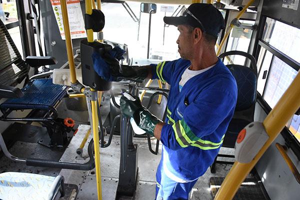 Entre as orientações dadas aos municípios, está a de cuidado especial com a limpeza do transporte público a cada viagem e mais específica uma vez ao dia