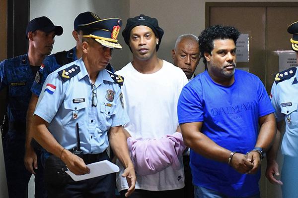 Ronaldinho Gaúcho e Assis durante depoimento após prisão