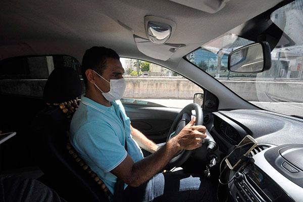 Gustavo Carvalho, motorista de Uber, afirma que tem tirado ganho de um dia durante a semana