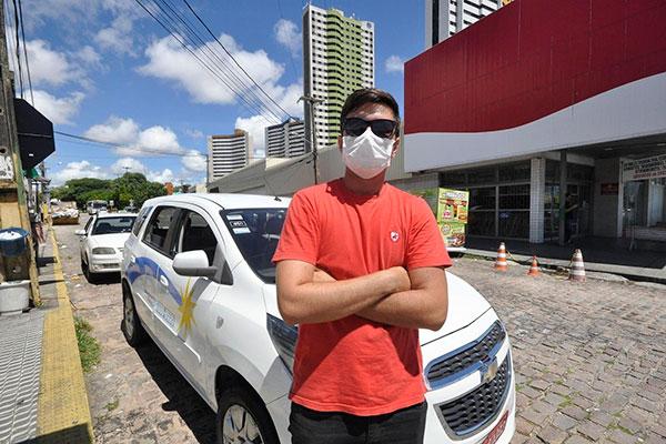 Márcio Januário, taxista em um ponto concorrido, fazia até dez corrridas e hoje, no máximo, duas