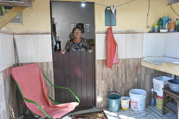 Maria das Dores Bezerra (71), mora sozinha no bairro de N. S. da Apresentação, tem problemas cardíacos e se preocupa em não ter a quem recorrer caso seja infectada