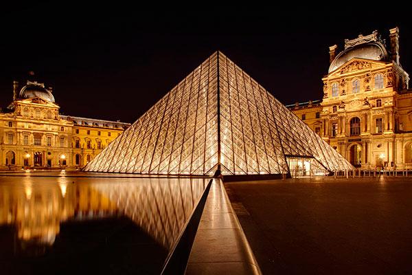 O Louvre, de Paris, um dos mais famosos do mundo, apresenta uma coleção com 38 mil peças