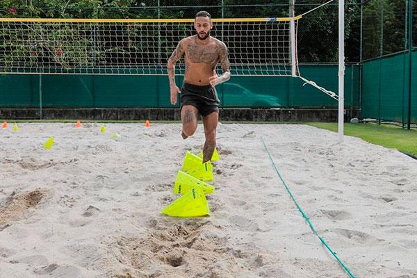 Apesar de longe do PSG, Neymar tenta manter a forma física