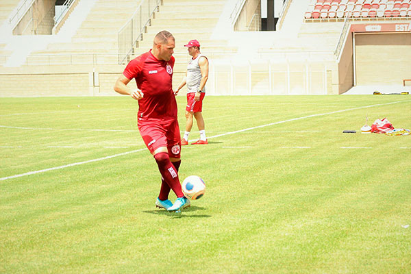 Atacante Wallace Pernambucano teve o contrato prorrogado com aval de Roberto Fernandes