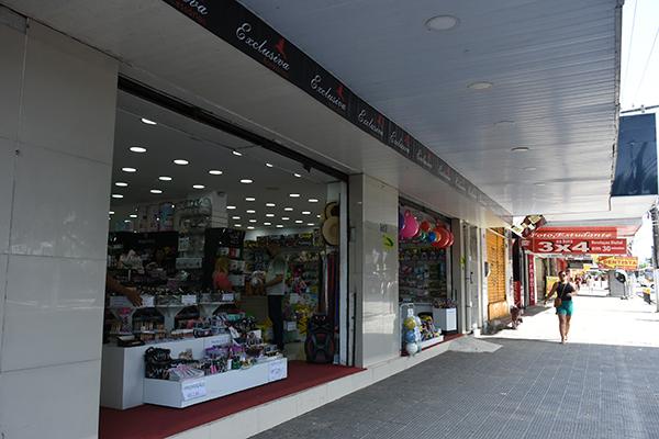 Pelas ruas de Natal, os comércios que estão abertos registram pouca movimentação e queda nas vendas