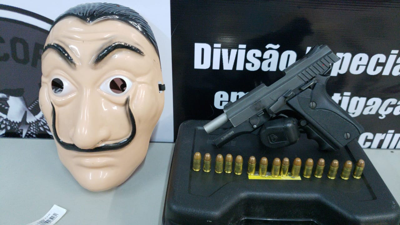 A máscara, notas manchadas de dinheiro, armas e outros objetos foram encontrados com a dupla