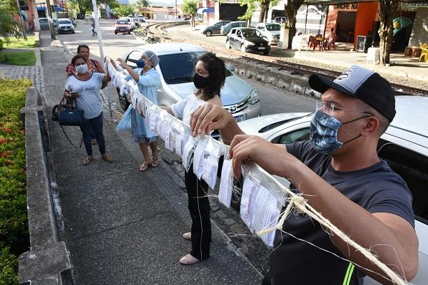 Entre as ações individuais está o Varal Solidário, criado pela costureira Lourdes Araújo e sua filha, Denise. Juntas, elas estão confeccionando máscaras de pano para população em situação de vulnerabilidade