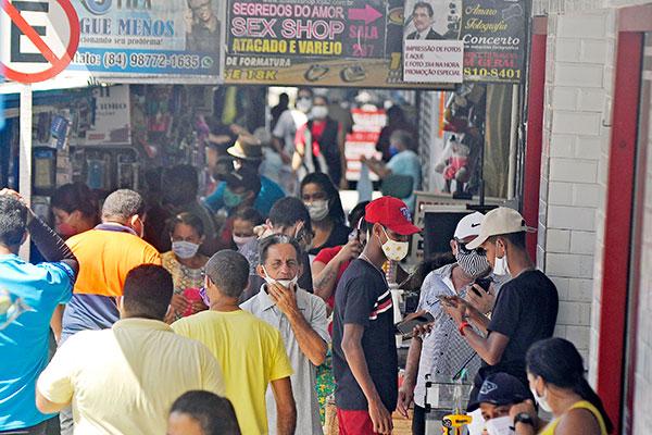 Pelas ruas do Centro Comercial do Alecrim, o vai e vem de populares e ambulantes em nada lembra um dia de isolamento social