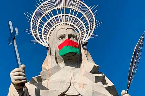 Estátua de Santa Rita, em Santa Cruz, recebeu uma máscara em alusão à luta contra o coronavírus