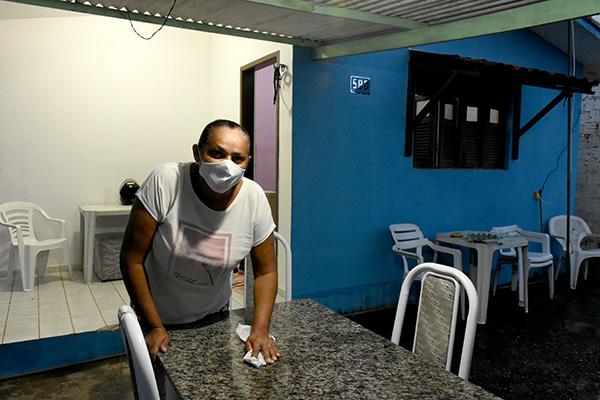 Conceição Santiago, de 46 anos, trabalha como cabeleireira e doméstica, de onde tira a maior parte de sua renda. Antes da pandemia, costumava trabalhar em 10 casas. Agora, número caiu para duas