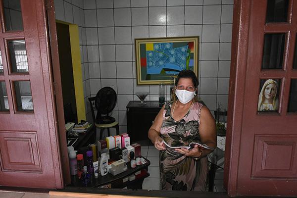 Autônoma Sandra Araújo Cid, de 60 anos, tem na venda de cosméticos sua principal fonte de renda. Com o isolamento, busca maneiras de contornar as dificuldades