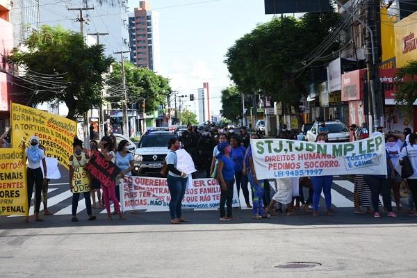 Manifestantes fazem protesto no cruzamento da Avenida Rio Branco com a Rua Ulisses Caldas
