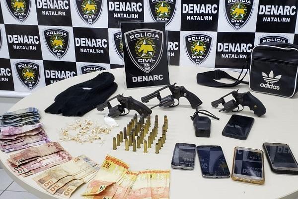 Material apreendido pelos policiais da Denarc