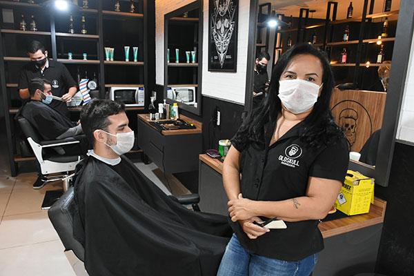 Flávia Souza, da OldSkull Barbearia, sente no bolso os efeitos nocivos da pandemia do novo coronavírus. O faturamento da empresa recuou 70% desde março passado