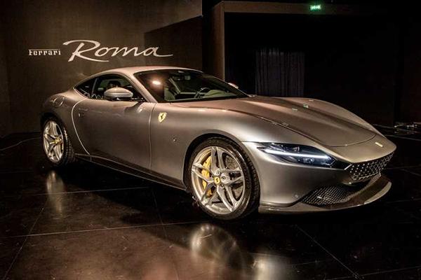 A Ferrari Roma desembarca no segundo semestre no Brasil. Vai encantar a todos os amantes de carros com forte apelo esportivo. Trata-se, além do mais, de um autêntico símbolo de luxo