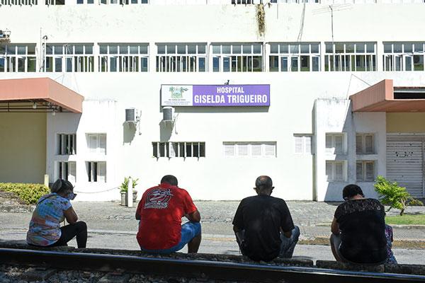 Familiares de paciente que estava internado no Hospital Giselda Trigueiro com Covid-19 aguardam liberação do corpo para sepultamento