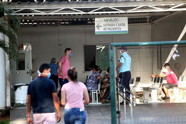 Na entrada da Unidade de Pronto Atendimento de Cidade da Esperança, em Natal, a movimentação de pacientes com suspeita de Covid-19 era intensa nesta segunda, 1º
