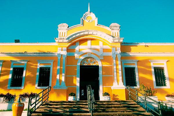 O Centro Municipal de Turismo está de portas fechadas e teve que se reinventar para vender
