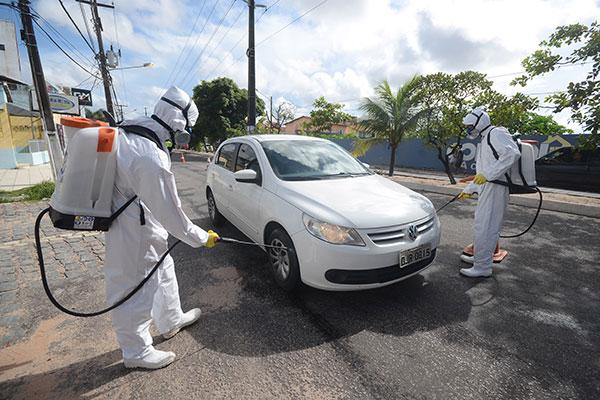 Centenas de veículos foram desinfectados por agentes de saúde em ações realizadas na região metropolitana de Natal nesta quinta