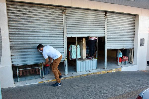 Comerciantes do Alecrim listados nas atividades não essenciais tiveram que fechar as portas após fiscalização da Polícia Militar