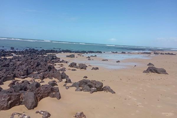 Manchas de óleo voltaram a aparecer em junho na Praia de Tabatinga