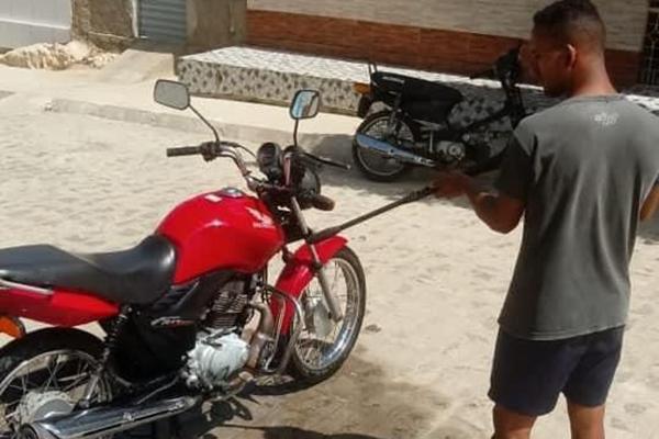 Na foto acima Mikael joga pelo Potiguar. Aqui, lava motos na Paraíba
