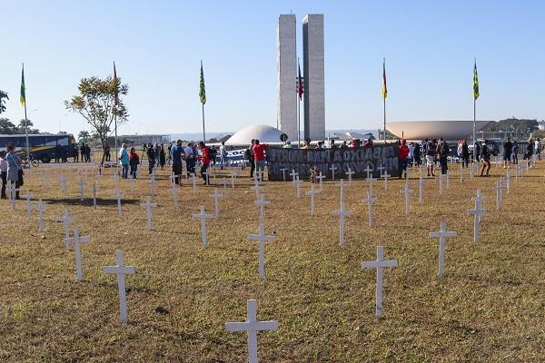 Manifestantes fazem protesto neste domingo (28) em Brasília, em frente ao Congresso Nacional