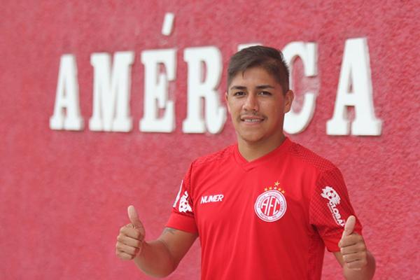 Elias assinou o contrato e posou para fotos na frente do clube
