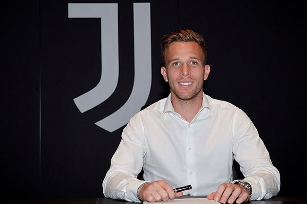 A maior transação envolvendo um jogador brasileiro em 2020 foi a venda do volante Arthur do Barcelona para a Juventus