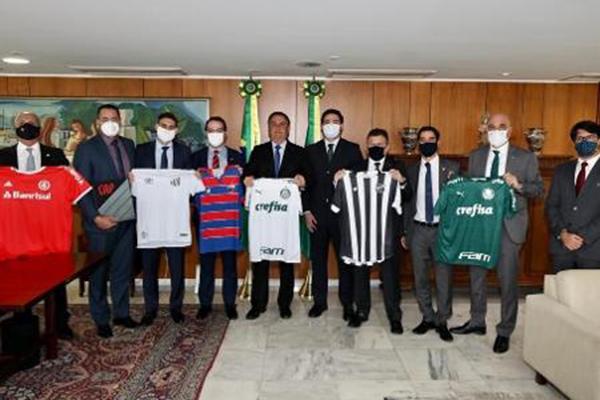Presidente Bolsonaro recebe representantes de oito clubes