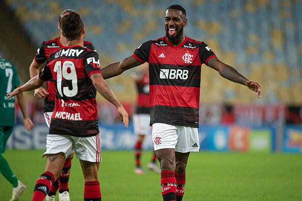 Gerson comemora com o amigo Arrascaeta, o gol que fechou a vitória diante do Boavista ontem
