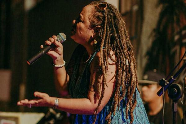 A cantora Luanda Luz vai passar suas vibrações positivas
