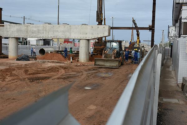 No momento, estão sendo concluídos os pilares e, até o final de julho, deve começar a próxima fase que é o içamento das vigas, que já estão no local. Cada viga pesa 49 toneladas, segundo Dnit
