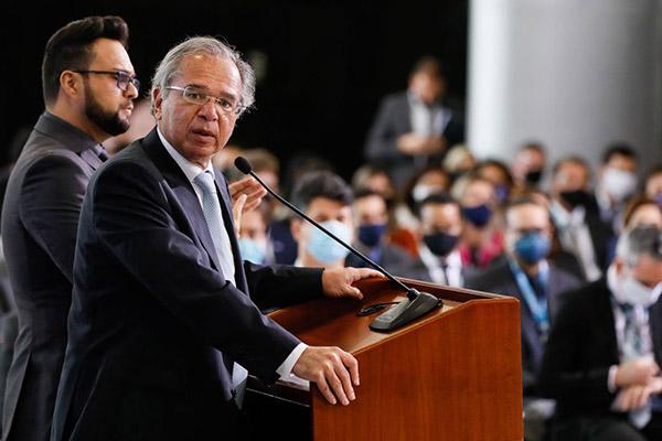 Paulo Guedes pretende fazer uma ponte de transição entre a assistência social do governo e os contratos regidos pela CLT
