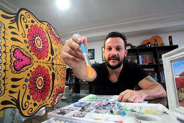 Ruy Pinheiro tatua há 14 anos e, desde que precisou fechar seu estúdio trocou as agulhas pelos pincéis, e a pele humana pelas telas