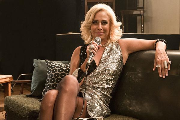 """Na pele de Hebe Camargo, Andrea Beltrão afirma que série """"é muito rica em acontecimentos da vida dela que a gente desconhece"""""""