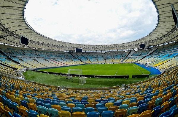No Brasil, pelo Carioca clubes usam o Maracanã vazio com um hospital de campanha ao lado
