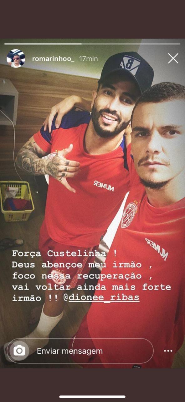 No seu Instagram, Romarinho fez o registro que revelou a perna engessada do atacante Dione