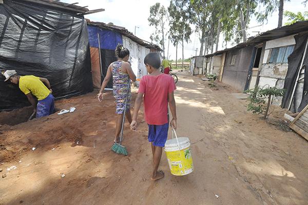 Moradores da Ocupação Olga Benario, no Planalto, convivem com dificuldades diárias para acessar água potável e transportes