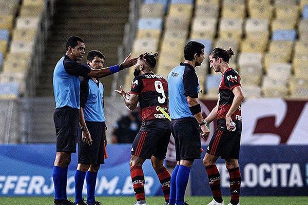 Após a partida, o atacante Gabigol ainda tentou argumentar com a arbitragem da partida