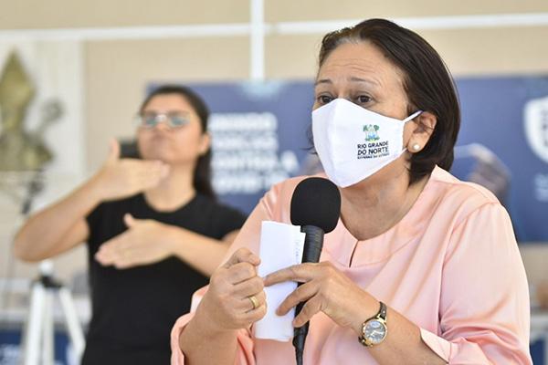 Em coletiva de imprensa, a governadora Fátima Bezerra comemorou números da queda dos casos e mortes, mas reforçou cuidados