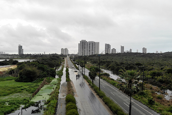 Imagem aérea, exclusiva da TRIBUNA DO NORTE, mostra que área de alagamento na rodovia se estende de uma margem à outra