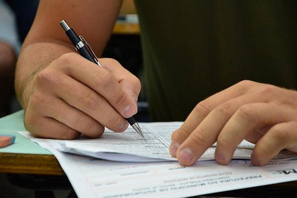 Estudantes poderão enviar currículo por email. A Defensoria não cobra taxa de inscrição da seleção
