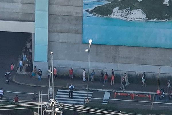 Longa fila foi registrada no final da manhã no Midway Mall. Dentro, o movimento era tranquilo