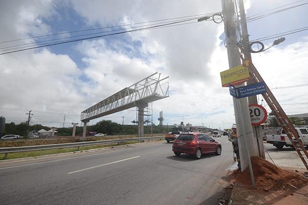 Trabalhadores irão concluir colocação de passarela metálica ligando as duas margens da BR-101 na altura da loja Leroy Merlin