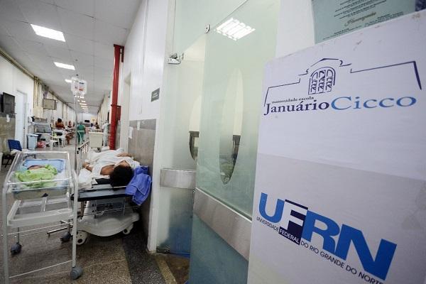 Mulheres com bebês recém-nascidos foram colocadas em leitos improvisados nos corredores da maternidade